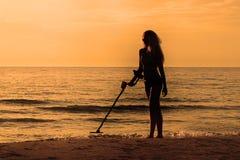 Silhuete-Mädchen mit Metalldetektor Stockfotografie
