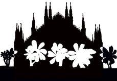 Silhuette av den gotiska Milan domkyrkan med korset royaltyfri fotografi