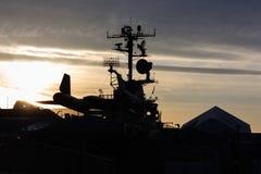 Silhuette de la parte posterior del avión de espía del mirlo SR-71 en la puesta del sol Fotos de archivo