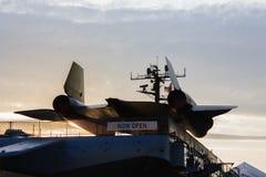 Silhuette de la parte posterior del avión de espía del mirlo SR-71 en la puesta del sol imagenes de archivo