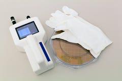Siliciumwafeltje in plastic houdersvakje op een lijst met deeltjesteller dichtbij royalty-vrije stock foto