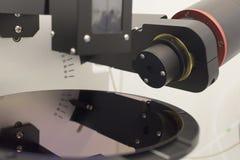 Siliciumwafeltje van de purpere dikte van de kleurenmaatregel van film op ellipsometer stock afbeelding