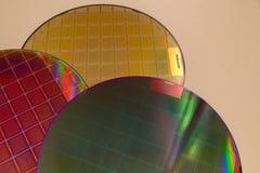 Siliciumwafeltjes - een wafeltje is een dunne plak van halfgeleidermateriaal, zoals een kristallijn die silicium, in elektronika  royalty-vrije stock fotografie