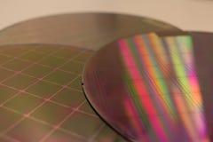 Siliciumwafeltjes - een wafeltje is een dunne plak van halfgeleidermateriaal, zoals een kristallijn die silicium, in elektronika  stock fotografie
