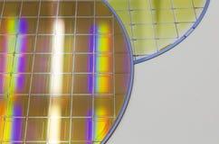 Siliciumwafeltjes en Microschakelingen - een wafeltje is een dunne plak van halfgeleidermateriaal, zoals een kristallijn binnen g royalty-vrije stock foto's