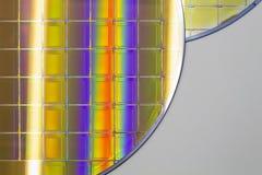 Siliciumwafeltjes en Microschakelingen - een wafeltje is een dunne plak van halfgeleidermateriaal, zoals een kristallijn binnen g stock fotografie