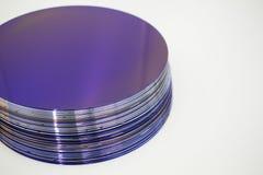 Siliciumwafeltjes van purpere kleur in voorraad stock fotografie