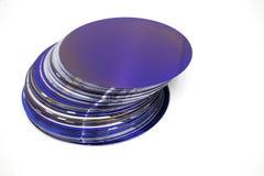 Siliciumwafeltjes van purpere kleur in voorraad stock afbeelding