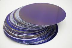Siliciumwafeltjes van purpere kleur in voorraad royalty-vrije stock afbeeldingen