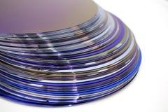 Siliciumwafeltjes van purpere kleur in voorraad stock afbeeldingen