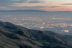 Silicon Valley e Rolling Hills no crepúsculo Conserva regional máxima da missão, Fremont, Califórnia, EUA fotografia de stock