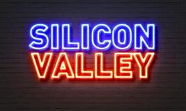 Silicon Valley neontecken på bakgrund för tegelstenvägg Arkivbilder