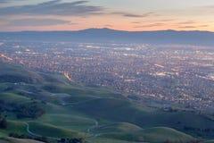 Silicon Valley och gröna kullar på skymning Monumentmaximum, Ed R Det Levin länet parkerar, Milpitas, Kalifornien, USA Royaltyfria Foton