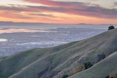 Silicon Valley y Rolling Hills en la puesta del sol Pico del monumento, Ed R Parque del condado de Levin, Milpitas, California, l foto de archivo