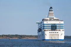 Silja线轮渡从赫尔辛基港航行 免版税库存图片