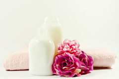 Silk розы, полотенце и бутылки Стоковые Изображения RF