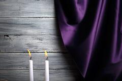 Silk фиолетовый занавес, 2 горящих свечи, романтичный вечер с любимым на свете - серой предпосылке Стоковая Фотография