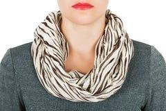 Silk шарф Бежевый silk шарф вокруг ее шеи на белой предпосылке Стоковое Изображение RF
