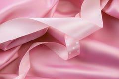 Silk Hintergrund des rosafarbenen Satins mit Farbbändern Stockfoto