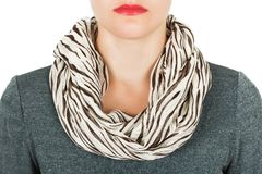 Silk scarf Beige siden- halsduk runt om hennes hals på vit bakgrund Royaltyfri Bild