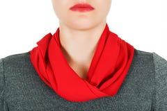 Silk scarf Röd siden- halsduk runt om hennes hals som isoleras på vit bakgrund Arkivfoto