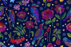 Silk Schal mit der Stickerei angespornt durch Volkskunst Lizenzfreie Stockfotografie