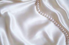 silk slät white för eleganta pärlor Arkivfoton