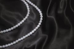 silk white för svart halsbandpärla Arkivbilder
