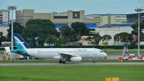 Silkair Airbus A320 que taxiing no aeroporto de Changi Imagem de Stock Royalty Free