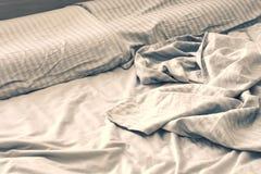 Silke skrynklig linne på sängen Arkivfoton
