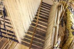 Silke som väver hemlagat traditionellt thai tyg Processen av si arkivfoton