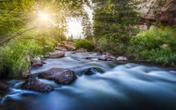 Silkeslen slät flod på solnedgången Royaltyfri Fotografi