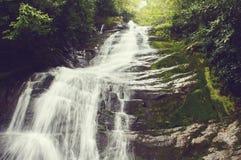 Silkeslen vattenfall Arkivfoton