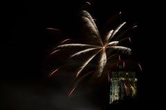 Silkeslena fjädrar ovanför torn för St Rumlods Royaltyfri Fotografi