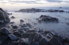 Silkeslena vågor i morgonen Arkivfoton