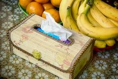 Silkespapperask med frukter arkivbilder