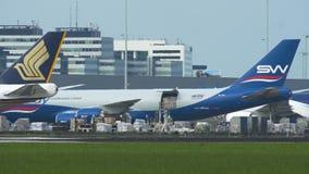 Silkway阿塞拜疆货物波音747装货在斯希普霍尔机场 影视素材