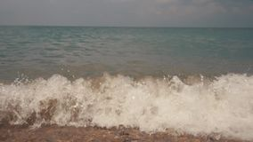 Silky fala na dennych otoczakach Gont plaża zbiory wideo