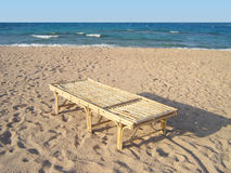 Sillón de bambú en la playa Fotos de archivo libres de regalías