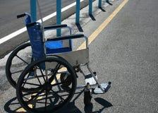 Sillón de ruedas en estacionamiento Imagenes de archivo