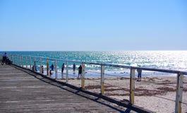 Sillón de ruedas en la playa Foto de archivo libre de regalías