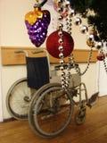 Sillón de ruedas y la Navidad imágenes de archivo libres de regalías