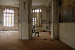 Silla abandonada en pasillo del hotel Fotografía de archivo libre de regalías
