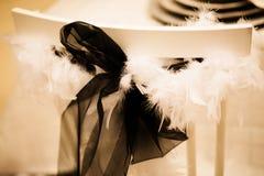 Silla adornada con el arco negro y la pelusa blanca Fotografía de archivo