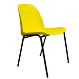 Silla apilable plástica amarilla, aislada en blanco Imagen de archivo