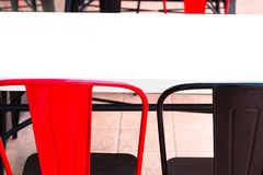 Silla blanca de la tabla, roja y negra en restaurante Cerrado para arriba foto de archivo libre de regalías