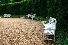Silla blanca en el jardín Fotos de archivo libres de regalías