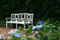 Silla blanca en el jardín Imagen de archivo libre de regalías