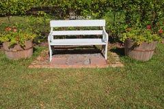 Silla blanca en el parque Imagenes de archivo