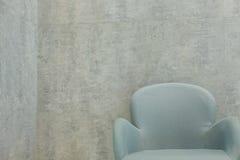 silla cerca de la pared gris en interior del restaurante de la cafetería del café imagenes de archivo